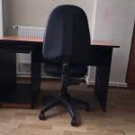 Eladok irodai asztalok es szekek.